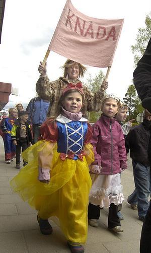 De här två prinsessorna kom vandrande i Edsbyparaden.