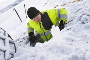 Provtagning utanför vattenverket i Minnesgärdet i samband med utbrott av cryptosporidium i Östersund 2010.