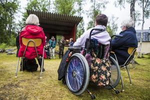 Karin Svensson i rullstol och Inger Ejdung satt och lyssnade på författarna när samtliga förde ett gruppsamtal inför publiken.