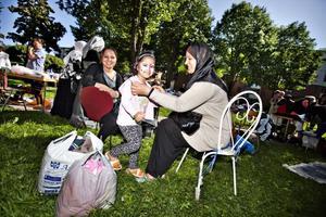 TRIVS BRA. Mnal Aldeloo med två av sina fem barn, Lina och Nora. De tycker om närheten och att de aktiviteter som bostadsbolaget arrangerar.