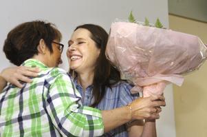Kram för pristagaren. Kommunens näringslivsavdelnings Ann Resare kramade om Kicki Seton, Årets företagare 2010 i Lindesbergs kommun.BILD: MICHAEL LANDBERG
