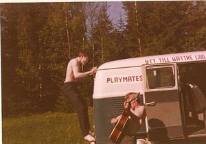 Folkabussen som användes under turnéerna. Killarna heter Hasse Gustavsson och Ebbe.