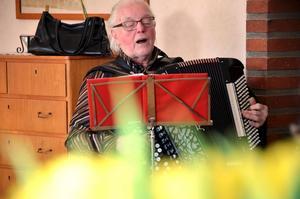 Underhåller. Ingvar Grönkvist roar publiken med både små anekdoter och sång och musik.