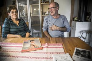 Irene och Janne Karlsson vid köksbordet i huset i Näcksta utanför Hackås. Både minns tydligt den gamle mannen från entrén till affären.