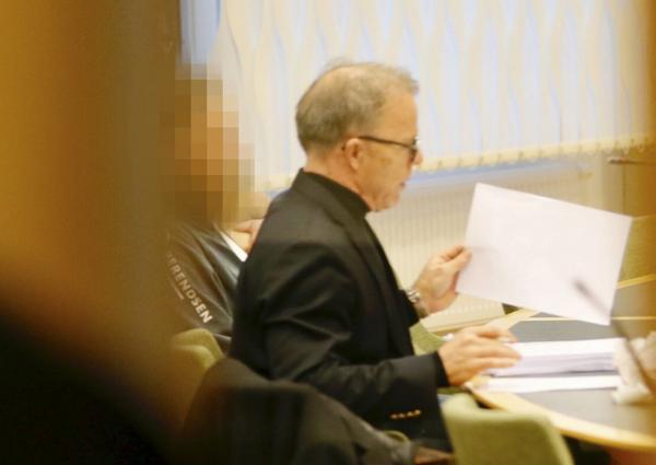 44-åringen och hans försvarsadvokat Per Odeling under häktningsförhandlingarna.