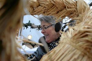 Marknadsbesökare. Gammeldags julmarknad är trevligt, tycker Gun-Britt Rohlén, Nora, här i färd med att handla hjortkött.bild: thomas eriksson