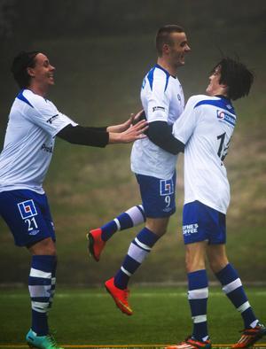 Fitim Ugzmailji jublar i IFK Sundsvalls tröja.