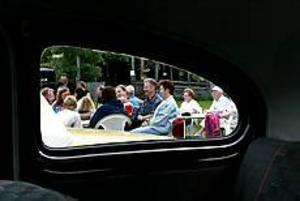 Foto: GUN WIGHMånga besökare. Det är alltid gott om besökare på Kvarnbacken på tisdagskvällarna när bilentusiasterna träffas. Här ses några av dem genom rutan på en PV.