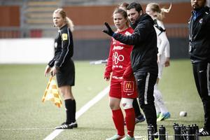 Jennie Wecksell i en match för Kif Örebro den gångna säsongen. Nu lägger hon fotbollskorna på hyllan och blir tränare.
