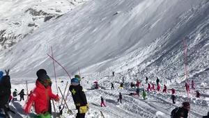 Här kämpar räddningsarbetarna för att gräva fram människor ur snömassorna,  L