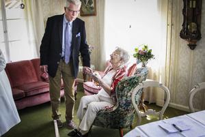 Jarl Widenius var en av gratulanterna på Maja Rahms 100-årsdag. – Du ser precis lika pigg ut som vanligt, sa han och överlämnade blommor.