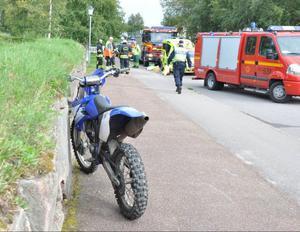 Motorcykeln som var inblandad i olycka var en crosscykel som inte får framföras på allmän väg. Dessutom saknade föraren behörighet att köra motorcykel.