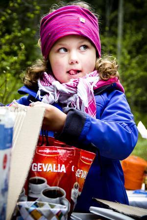 Elsa Inancie, 6 år, tog tillfället i akt och undersökte vad återbruksbordet hade att erbjuda.