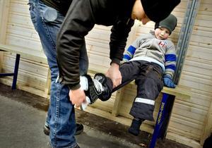 Pappa Stefan Eriksson hjälper sonen Leo.