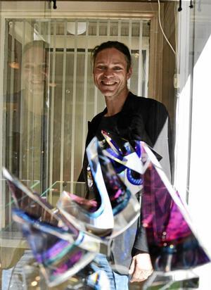 Närmare 40 glaspjäser. Simon Holm jobbar mest på uppdrag åt andra, men nu hade han så många egna alster att det var dags för hans första utställning. Och den står i Nora.Foto: Kerstin Schönström$RETURN$$RETURN$