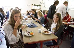 MUMS! Agnes Lindblom och Sofie Nilsson-Gehlin testar Vasaskolans lunchmatsal och den får ett godkänt betyg.