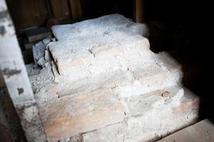 Spår av det legendomspunna huthålet finns fortfarande kvar.