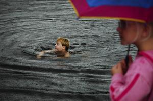 Åskådare. Inte alla ville bada, men Elias Berglund tvekade inte en sekund. Foto:Mikaela Larm