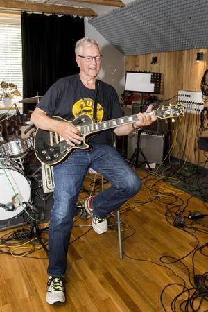 Stefan tar gärna fram gitarren och river av några låtar.