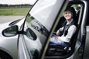 Sitt inte för långt ifrån ratten. Det är viktigt att sitta rätt och hitta så bra förarställning som möjligt.