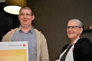 Årets företagare. Magnus Persson ägare av OKQ8 i Fjugesta får utmärkelsen av landshövding Rose-Marie Frebran.