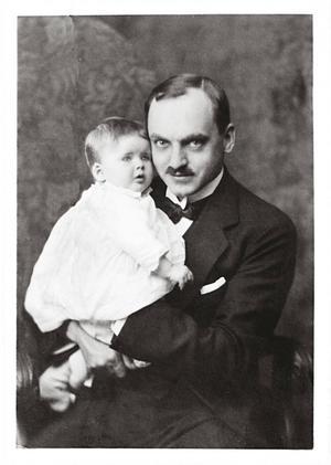 Olof Palme föddes den 30 januari 1927. Här tillsammans med sin stolte far Gunnar Palme, som var direktör i försäkringsbolaget Thule.   Foto: Privat