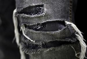 FAVORITER. Punkarna slet sönder kläderna för att chocka. Hårdrockare använder favoritjeansen tills de rämnar.