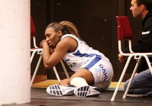 Skadeskjuten och ledsen. Chakhia Cole gjorde en jättebra insats i cirka 32 minuter. 11/17 i skyttet och elva returer. Men en vadmuskelbristning förstörde dagen.   Foto: Fredrik Alverland