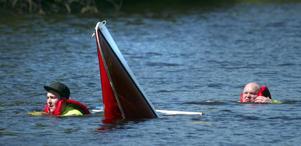 Sjönöd. Drakbåtstävlingen 2007 kom till stor del att handla om det här, tvivelaktig balans i manskapet, kapsejsade kanor och lagom muntra miner.