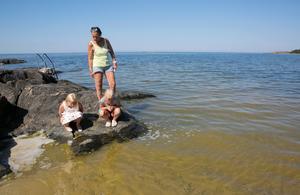 """""""Tråkigt att inte kunna bada när det är varmt"""" säger Cathrine Jehrlander i Bylehamn där algblomning uppstod på torsdagen."""
