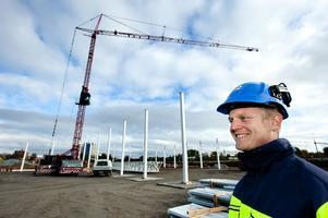 Daniel Andersson, HMB:s platschef, konstaterar att det nu börjar hända synliga saker på Norra Backa. 150 stålpelare ska resas för Ikano Retail Centres första handelshus. Fyra företag flyttar in i huset hösten 2013.