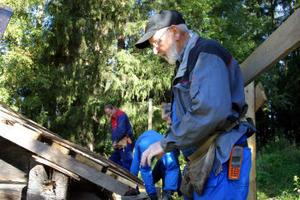 Herbert Johnsson, leder tvådagarskursen i hur man lägger ett spåntak som håller i minst 25 år.