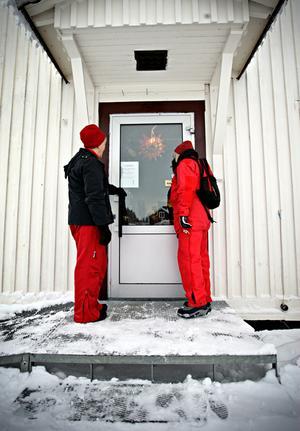 Gerd-Britt Widegren och Ingrid Rönn tittar in genom fönstret till Mårten Mårtenssons antikaffär. Butiken är stängd, men lappen i fönstret gör gällande att den ska vara öppen över helgen. Gerd-Britt och Ingrid har varit och hälsat på ett äldre par och har stannat vid butiken på vägen hem.