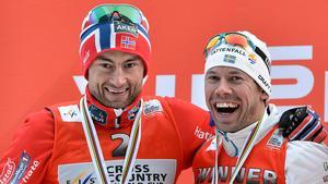 Petter Northug och Emil Jönsson kramar om varandra efter en pallplats 2013.