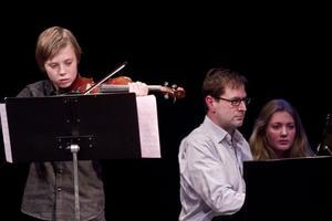 Holme Vestin på vilolin tillsammans med läraren Peter Vosvelt och Sara Ek.