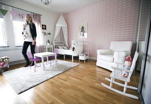 """Ständigt projekt. """"Det är alltid något jag vill göra med barnrummet, men arbetet och vardagslivet tar sin tid och begränsar möjligheterna"""", säger Jenny Wikman. Barnsängen, en modern variant av danska klassikern Juno, är ett av hennes bästa köp hemma."""