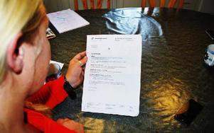 Lillian Hoffman tittar på beskedet från försäkringskassan som bekräftar att hennes son inte längre får något underhållsstöd. Foto: Selma Wolofsky/DT