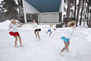 Filippa Larsson, Lisa Jansson, Ebba Morelius och Edwina Zetterberg från Gävle konståkningsklubb visade ett smakprov på vad besökarna kan få se under Vinterfestivalen i Boulongern.