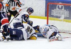Magnus Åkerlund fick släppa in tre puckar mot Södertälje, som vann med 4–1 efter att ha skickat in den sista i öppen kasse.