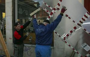 Fönster. Ett stort och dyrt skyltfönster krossades i samband med inbrottet i onsdagsnatt i Handelshuset. Bosse och Daniel Stålberg, Säters Glasmästeri jobbar med det krossade fönstret.