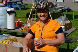 En glad cyklist njuter välförtjänt i solen efter målgång.