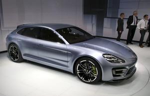 Porsche Panamera som kombi? Nja, Sport Turismo föredrar Porsche att kalla den här bilen som dock är rymligare och mera praktisk än en vanlig Panamera. Den drivs av nästa generations hybridsystem som gör det möjligt att köra ända upp till 130 kilometer i timmen med enbart eldrift. Vid mera anständig fart räcker batteriet till drygt tre mils avgasfri körning.