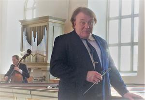 Nils-Gunnar Burlin delar sin tid mellan Hassela och Stockholm, där han leder Stockholms symfoniorkester.