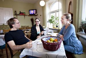 De är överens om att Gasklockan är en härlig operascen och att det är jättekul att bo på det sjungande hotellet. Från vänster Staffan Liljas, Hedvig Hasselström och Ulrika Tenstam.