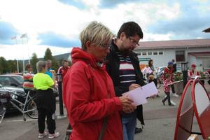 Astrid Olofsson från Sveg tog med sig sambon Jonas Westfält ut på en fem kilometer lång promenad för välgörande ändamål.