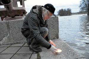 Ljus. Lennart Eriksson i Rotary förbereder för kvällens nyårsfirande i Askersunds hamn. Foto: Veronica Svensson