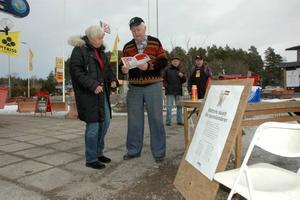 PROTEST. Ulf Pettersson, ordförande för PRO Månkarbo-Kyrkbyn, diskuterar skattesystemet med pensionären Gun Svannäs.