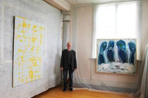 Lennart Fägerskiöld med eget verk till vänster och till höger verk av bortgångna hustrun Tobi Andersson-Fägerskiöld.Foto: Torbjörn Aronsson