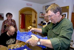 Ingvar Sahlander, ordförande i Bergslagens geologiska sällskap höll i auktionen. Priserna varierade från en femma till ett par tjugor för en av dyrgriparna. Det var ett handflatestort innehållsrikt stenstycke från en vägskärning då västerleden byggdes i Örebro.
