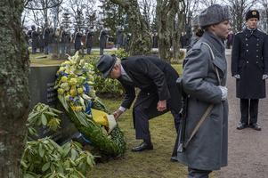Kung Carl XVI Gustaf och drottning Silvia på statsbesök 2015. Kungaparet besökte bland annat Sandudds begravningsplats i Helsingfors där kung Carl Gustaf lade ner en krans vid minnesstenen över svenska frivilliga soldater.